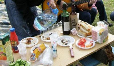 Пикник на самодельном столе