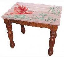 Столик с мраморной столешницей, украшенной рисунком