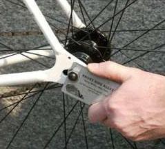 Визиткой-инструментом можно отремонтировать велосипед