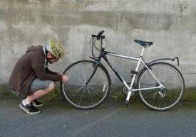 Резиновой визиткой можно залатать шину велосипеда