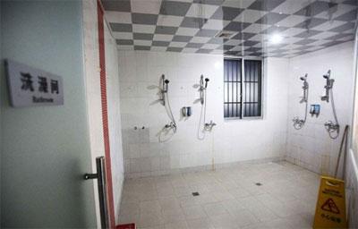 Душевая комната в отеле с комнатами-капсулами