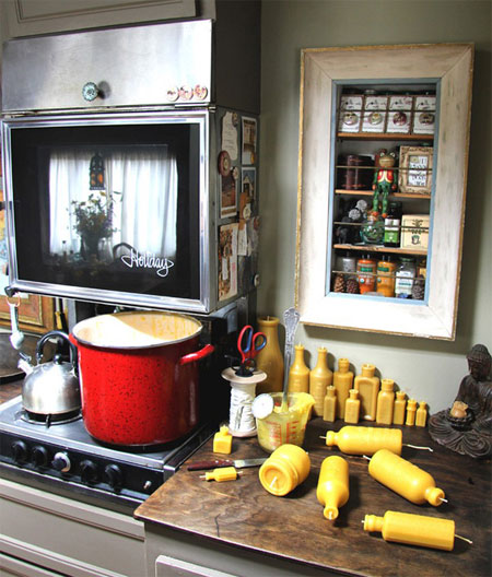 Кухня внутри дома на колесах, на которой можно не только готовить, но и делать бизнес