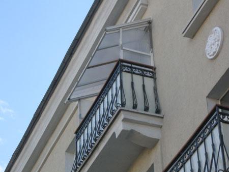 Самодельная конструкция балкона вблизи