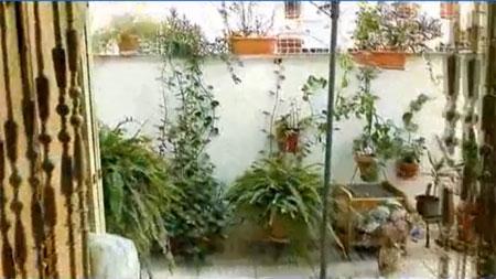 Внутренний дворик испанской квартиры в многоквартирном доме