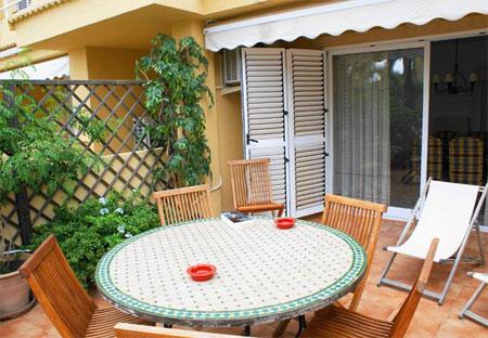 Столик на террасе в испанских апартаментах