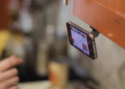 Oona крепит смартфон к любой плоскости