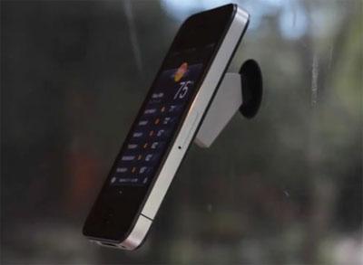 Смартфон на автомобильном стекле