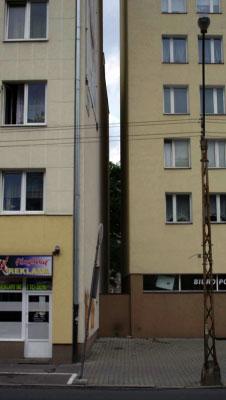 Узкий проход между двумя домами