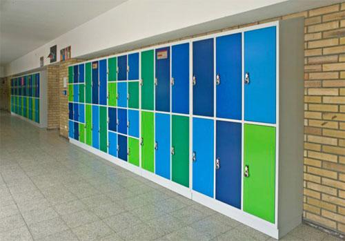 Вид школьного коридора с сейфовыми ящиками