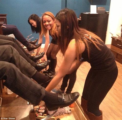 Студентки чистят обувь финансистам