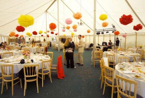 Бумажные помпоны для украшения свадеб