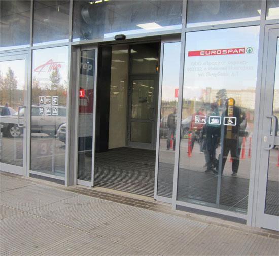 Раздвигающиеся двери в торговом центре
