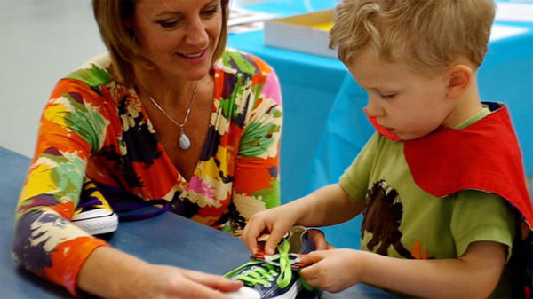 Молодая учительница сделала бизнес на обучении завязыванию шнурков