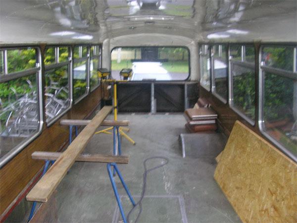 Пустой автобус изнутри - тот же офис, только на колесах