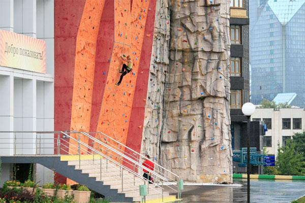 Уличный скалодром в Москве