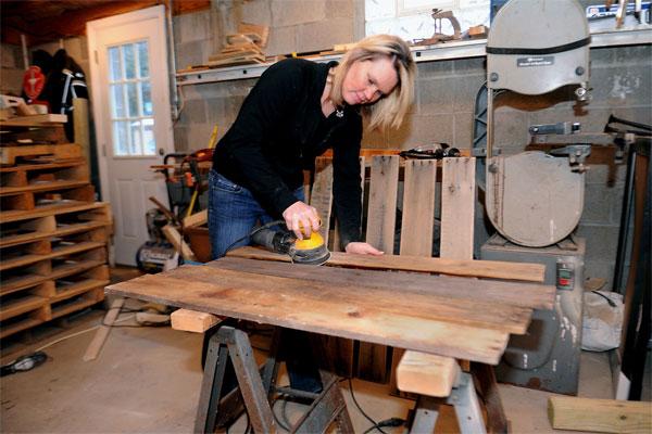 Для производства мебели из паллет нужен гараж