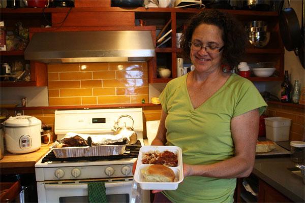 Домохозяйка готовит еду на продажу на своей кухне