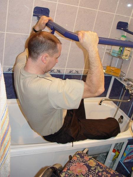 Пересаживаться с инвалидной коляски в ванную очень опасно