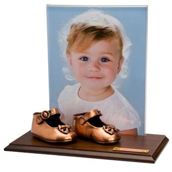 Бронзовые туфли - отличный подарок молодым родителям