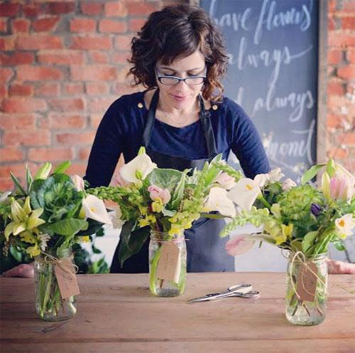 Предпринимательница продает композиции из полевых цветов