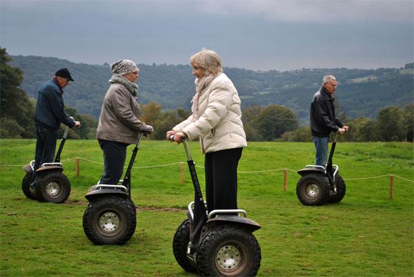 Пенсионеры катаются на сигвеях в парке развлечений
