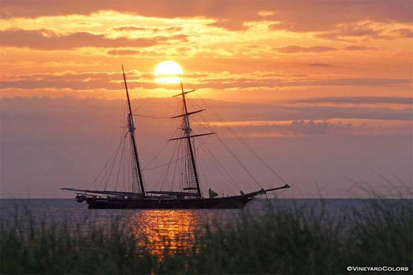 Красивая фотография парусника на закате
