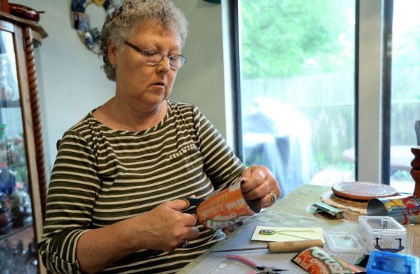 Как пенсионерка делает магниты и украшения из алюминиевых банок