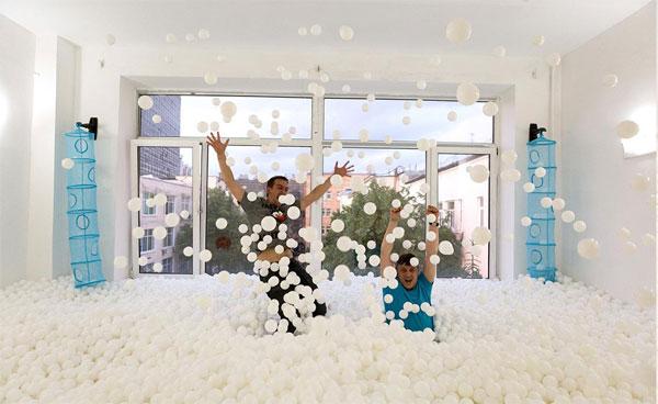 Сухой бассейн для взрослых с белыми шариками в Москве