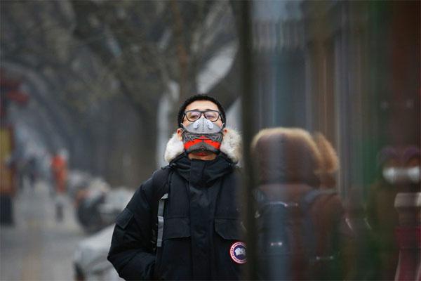 Маска от смога, сделанная из кроссовок