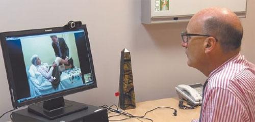 Австралийский доктор-ортопед консультирует через Интернет