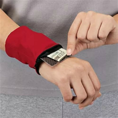 Браслет-кошелек на руке