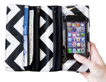 В такой чехол можно положить и кошелек, и смартфон