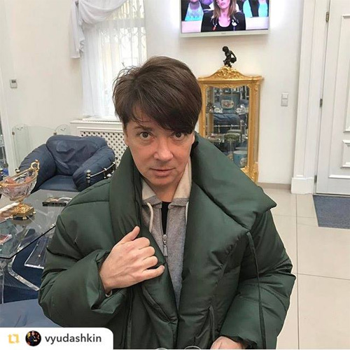 Валентин Юдашки в пуховике-одеяле