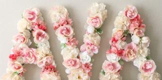 Буквы из искусственных цветов