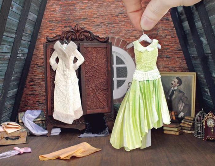 Одежда и картины для кукольного домика