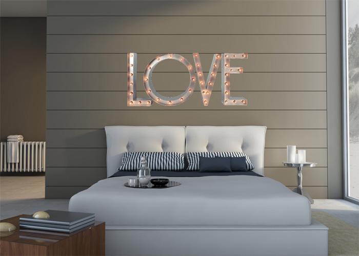 Слово LOVE в интерьере комнаты