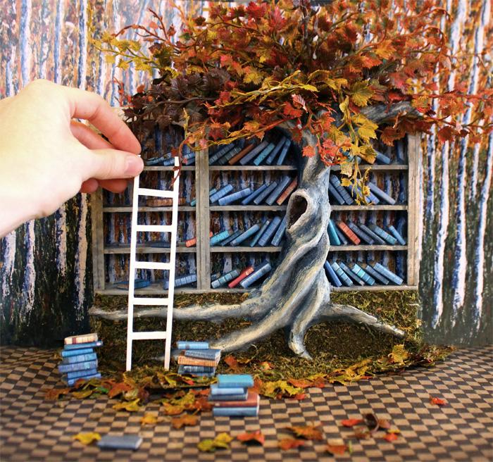 Миниатюрная книжная полка в осенних листьях