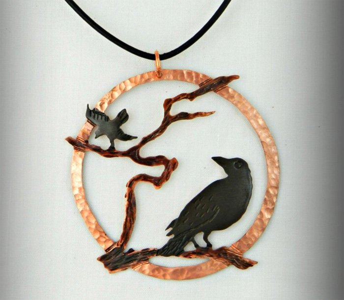 Кулон с двумя воронами