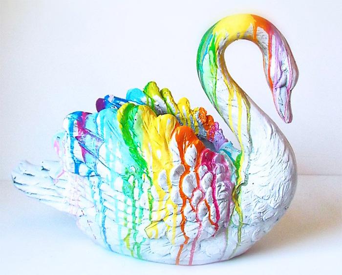 Раскрашенная фигурка лебедя