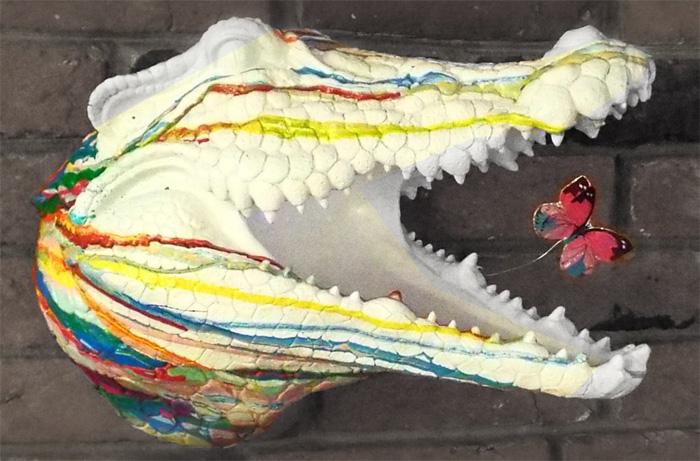 Раскрашенная голова крокодила