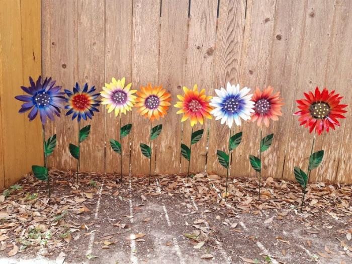 Разнообразные цветы из металла