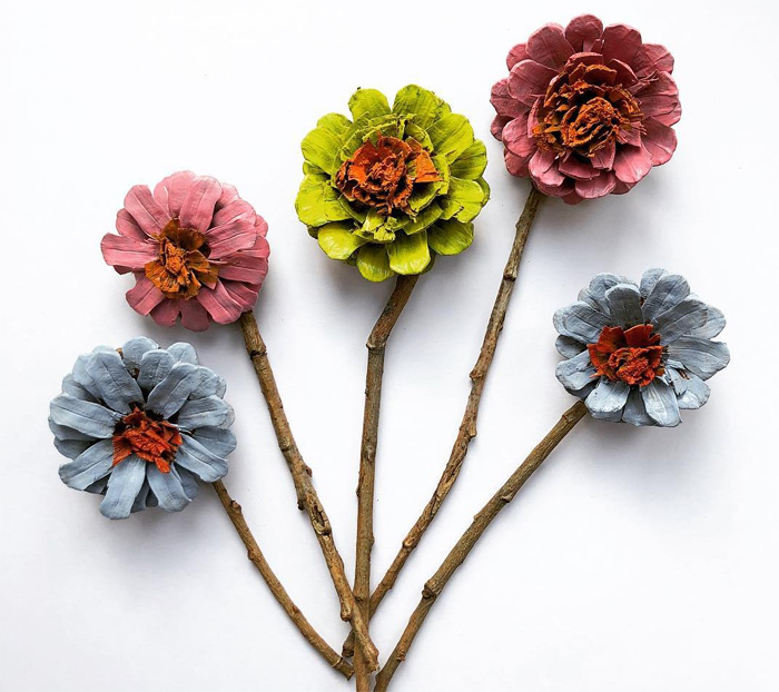 Цветы из веток и шишек