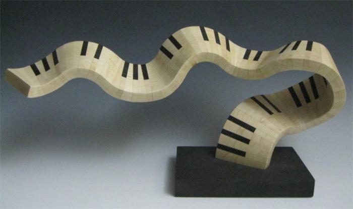 Клавиатура пианино в образе деревянной скульптуры