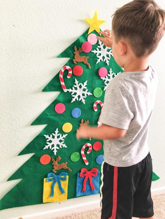 Ребенок наряжает елку из фетра