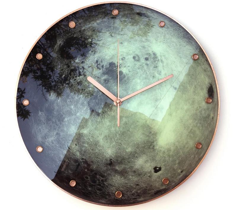 Часы с Луной
