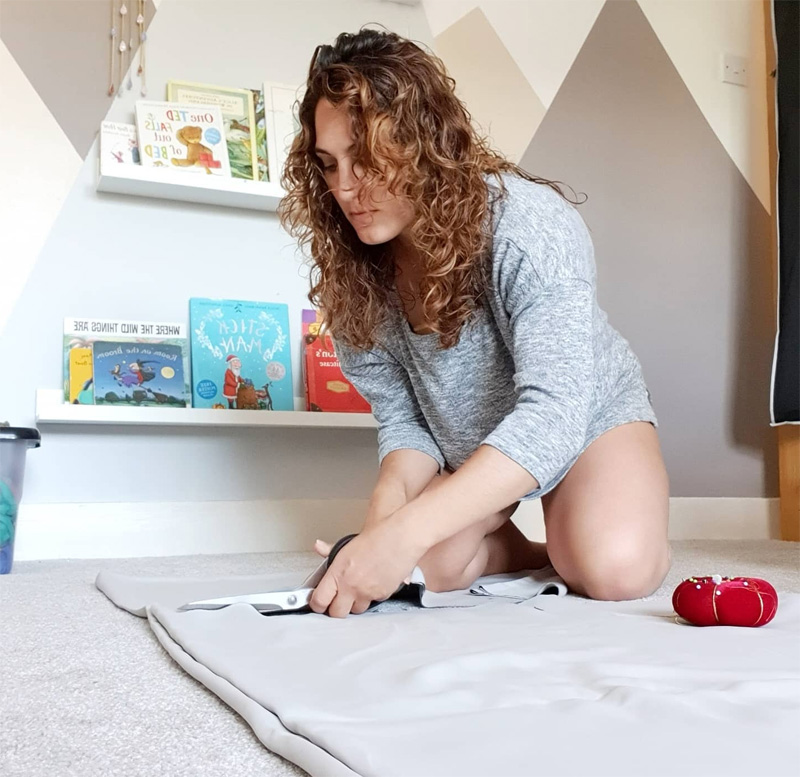 Учительница за работой дома