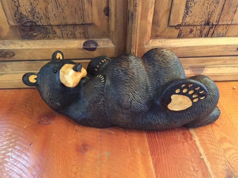 Медведь отдыхает на полу