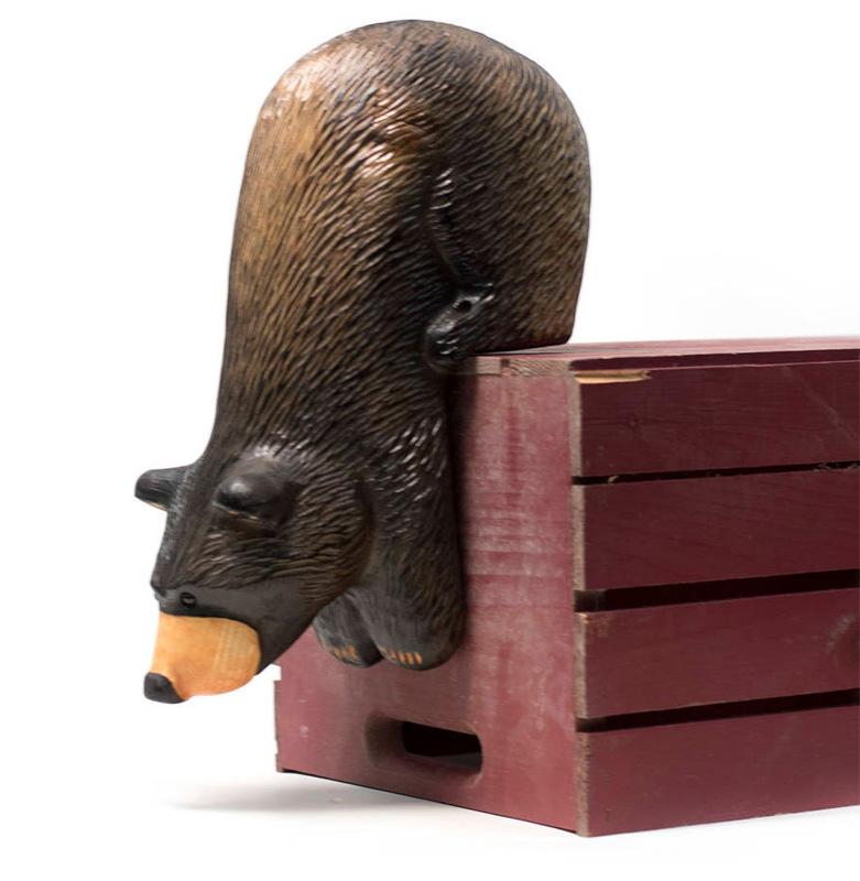 Медведь спускается с ящика